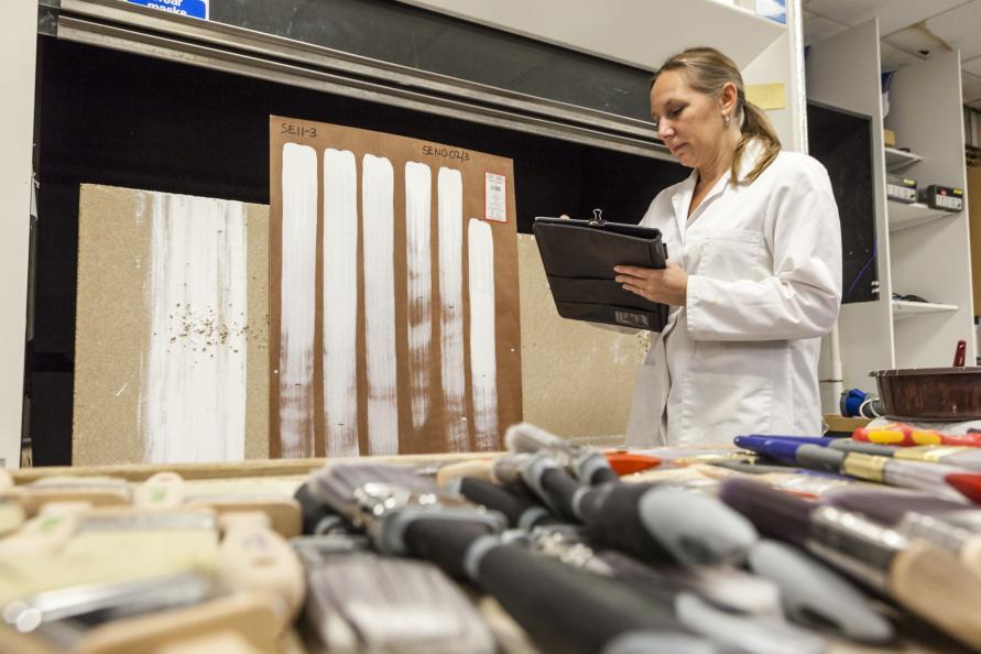 Laboratoriet tester farvefordelingen ved at foretage lodrette strøg, så længe penslen afgiver farve. Foto: Frazer Waller