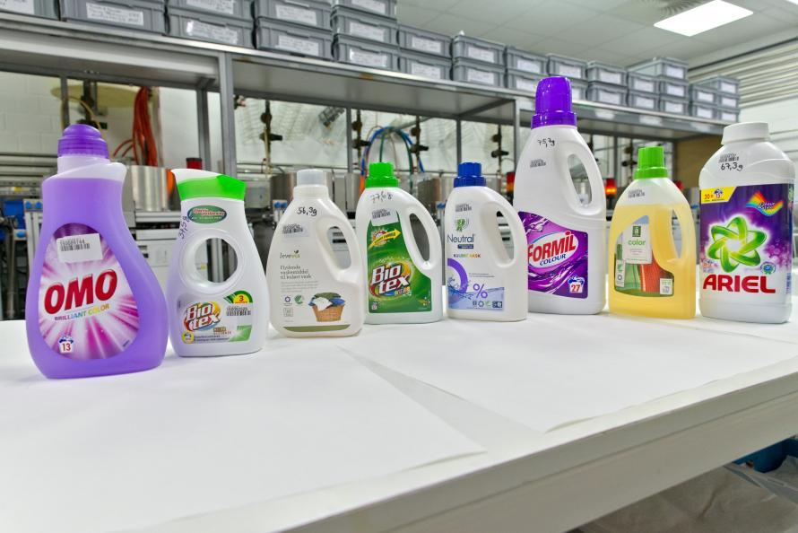 Udvalget i testen udgøres af de mest udbredte flydende vaskemidler til farvet tøj på det danske marked. Foto: Tobias Meyer