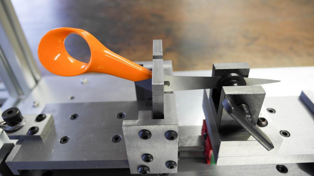 Laboratoriet kontrollerer håndtagenes holdbarhed. Billedet viser testvinderen Fiskars. Foto: Fortay Media