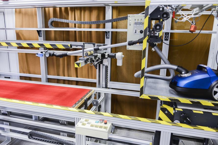 Laboratoriet tester støvopsugningsevnen på hårdt gulv og tæpper. Foto: Tobias Meyer