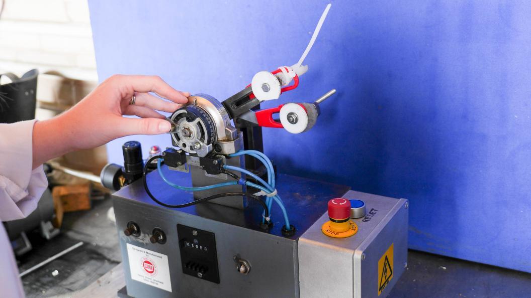 Saksene udsættes for slitage og åbnes og lukkes 5.000 gange i en slitagemaskine. Foto: Fortay Media