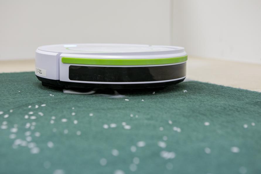 Robotstøvsugernes rengøringsevne blev testet på både hårdt gulv