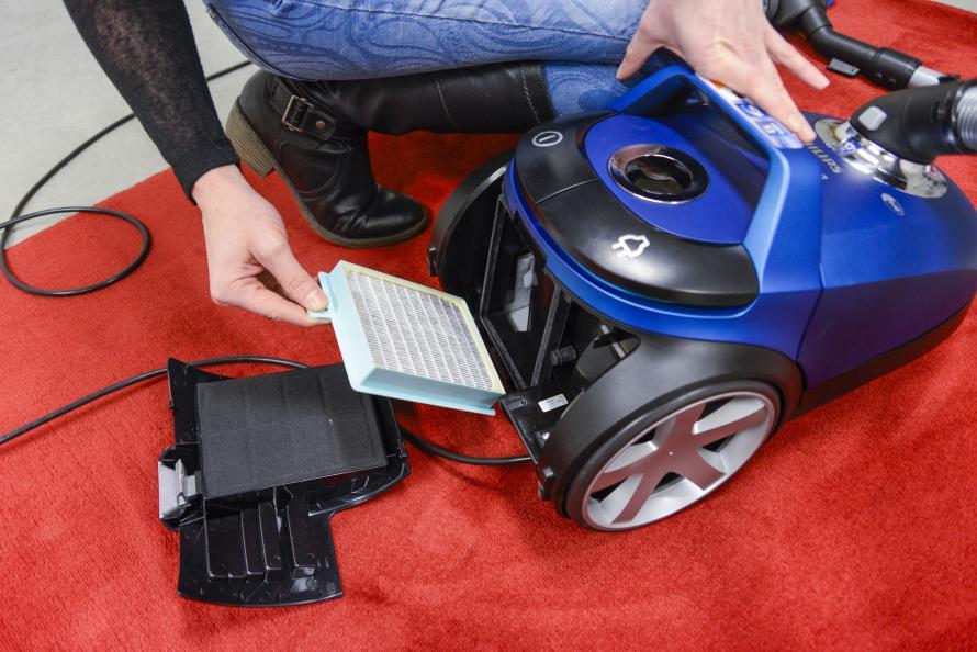 Et brugerpanel bedømte, hvordan støvsugerne var at håndtere, fx ved udskiftning af filter. Foto: Tobias Meyer