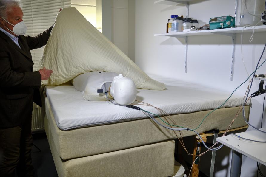 Madrassernes åndbarhed testes i 7 timer med en prøvedukke, som udsondrer fugt som et menneske. Foto: Tobias Meyer