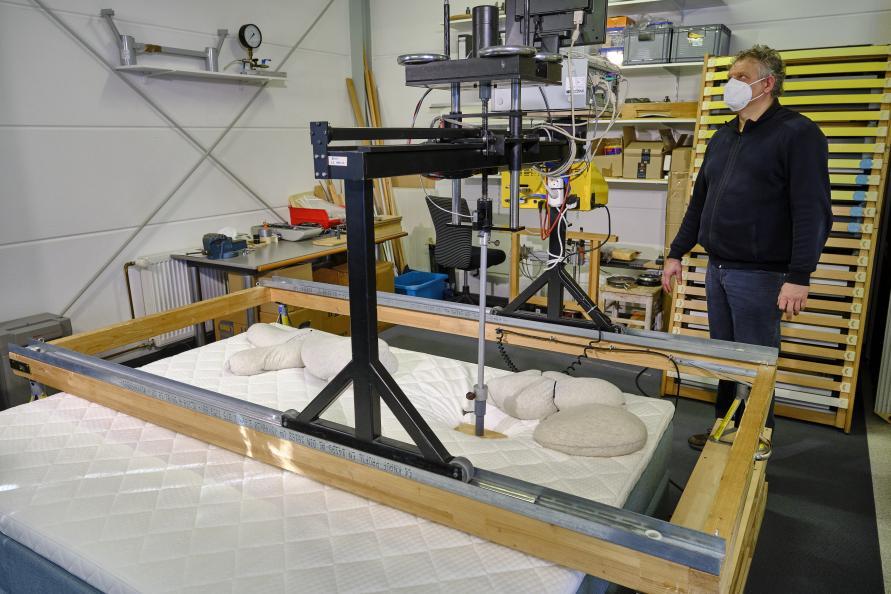 Laboratoriet måler, hvordan madrasserne lader skuldrene synke ned ved sideleje. Foto: Tobias Meyer