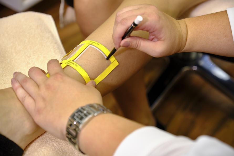 Laboratoriet markerer de seks behandlingsoverflader benene. Foto: Tobias Meyer