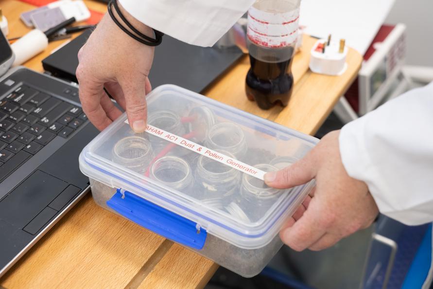 Standardiseret pollen og støv anvendes til at teste luftrenserens ydeevne. Foto: Redshift Photography