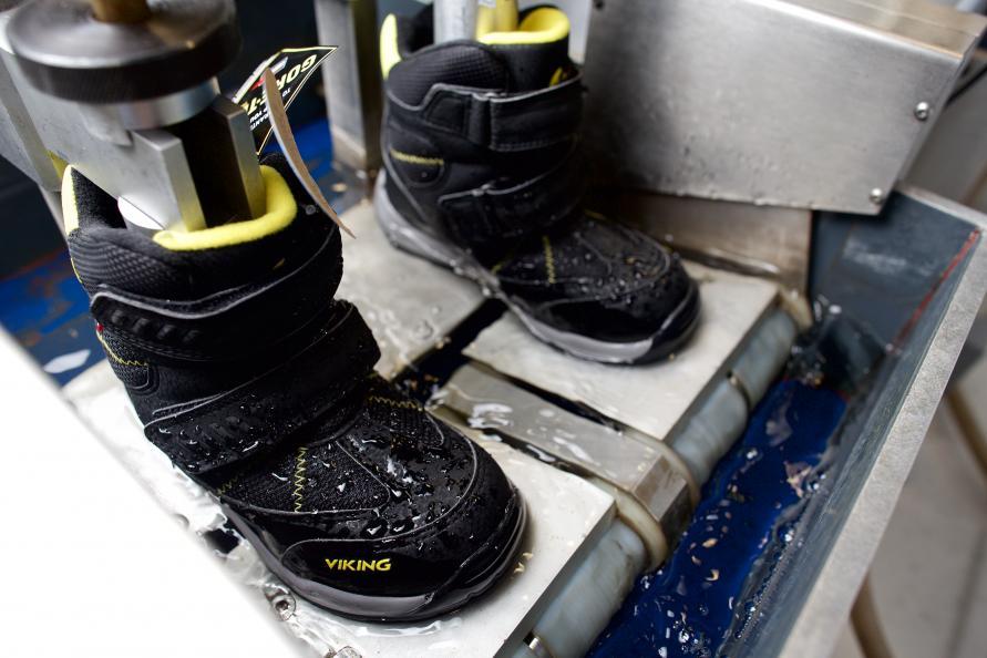 Vinterskoene testes blandt andet i en gang-simulator med vand lige over sålens kant. Her skal de gå 200.000 skridt i vandet. Fem par sko klarede sig tørskoede igennem hele testen, men to tog vand ind efter omkring 15.000 skridt. Fotograf: P. Jülich