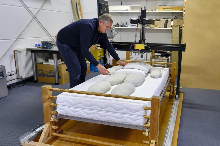 Testkroppe med forskellige tyngde og størrelse anvendes til at måle madrassens ergonomiske egenskaber. Foto: Tobias Meyer