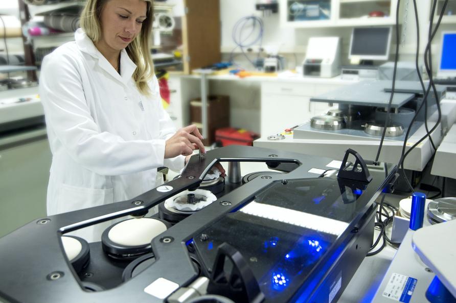 Betrækstoffets modstandsdygtighed mod dannelse af fnuller testes i 5.000 slitagecyklusser. Foto: Anna Sigge