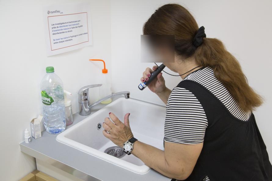 Før tandundersøgelsen børstede paneldeltagerne deres tænder foran et af laboratoriets inspektører. Foto: Matthieu Colin