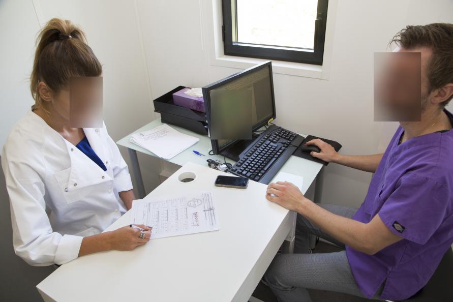 En ansat hos Eurofins vurderer testnoterne sammen med den uafhængige og erfarne tandlæge, som blev hyret til testen. Foto: Matthieu Colin